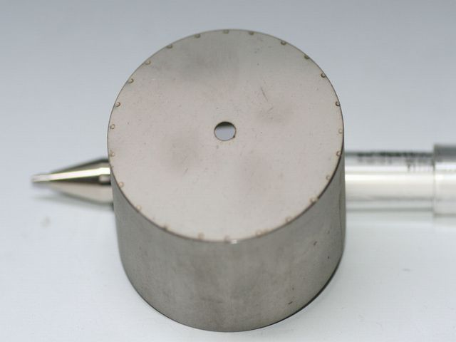 ステンレスパイプと円盤のマイクロスポット溶接画像