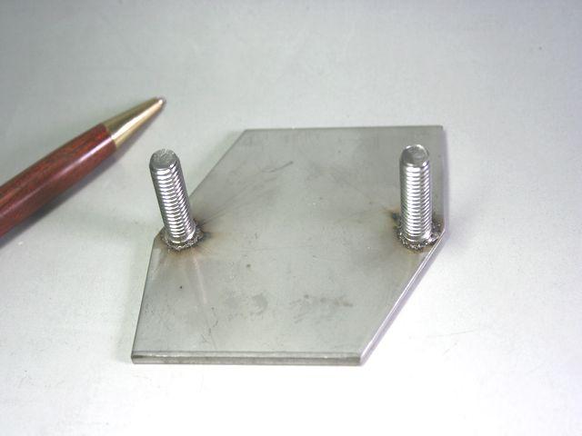 ステンレスM8と板t3.0のLED取付金具スタッド溶接加工事例画像