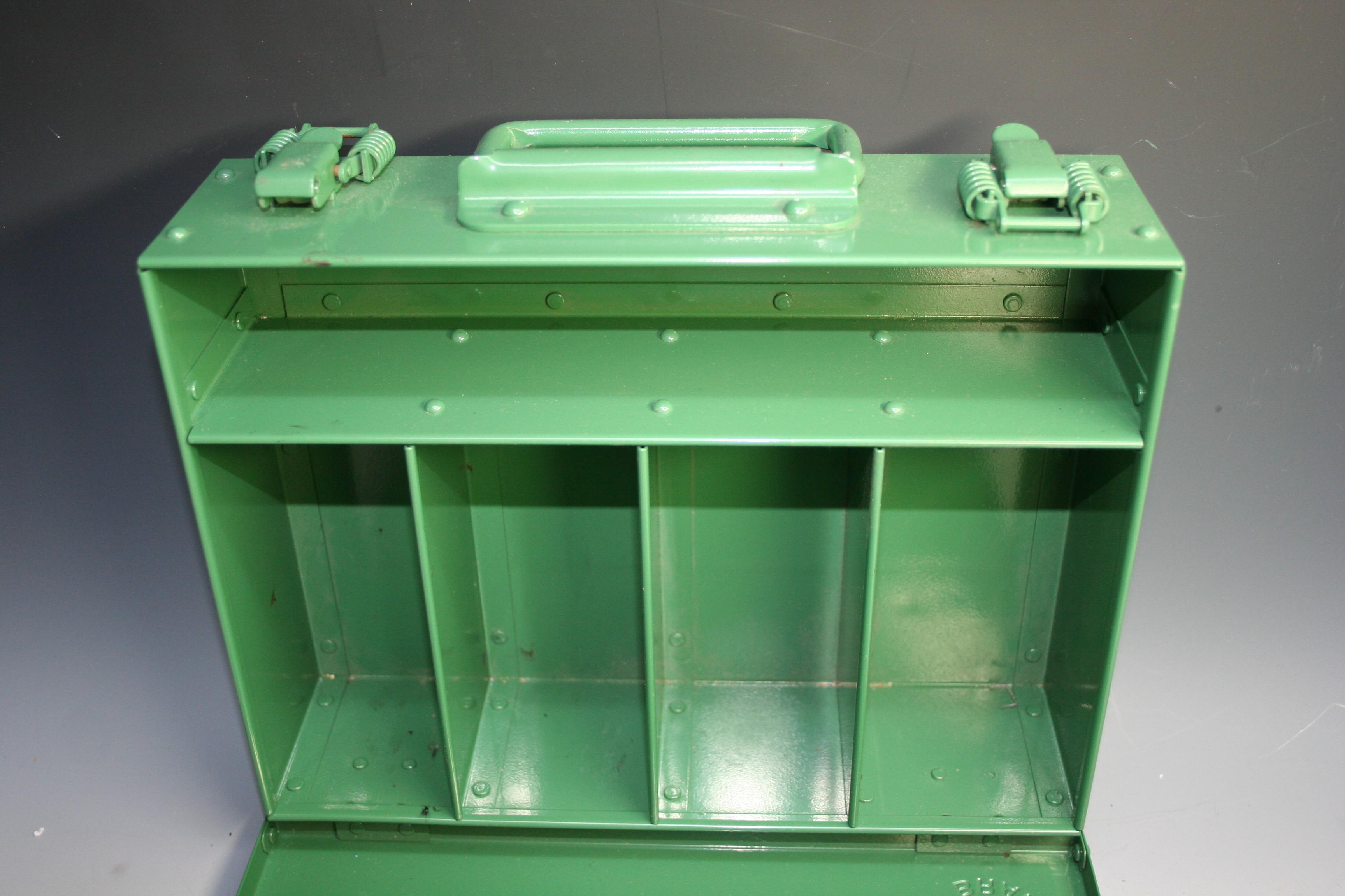 ホットカシメによるボックス(ルアーBOX)組立画像