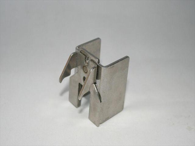 什器用金具のスポット溶接・組み立て画像