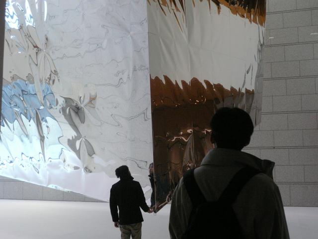 重さ1トン、高さ14メートルの巨大なアルミバルーン
