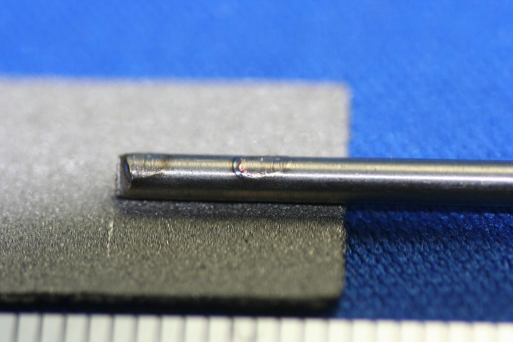 チタン焼結材と、チタンピンのマイクロスポット溶接画像