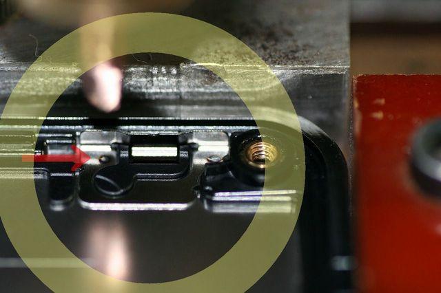 携帯電話の蓋部に板バネをスポット溶接する精密スポット溶接治具製作画像